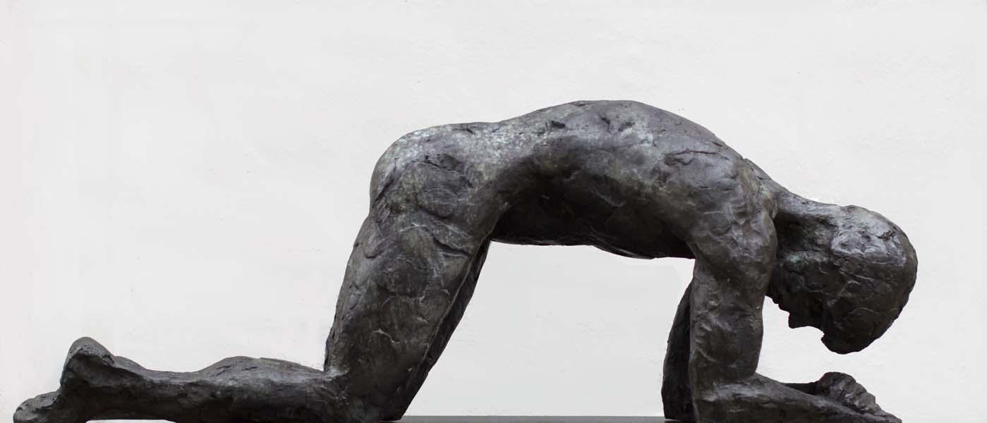 Knielende man, brons, 100x38x28 cm