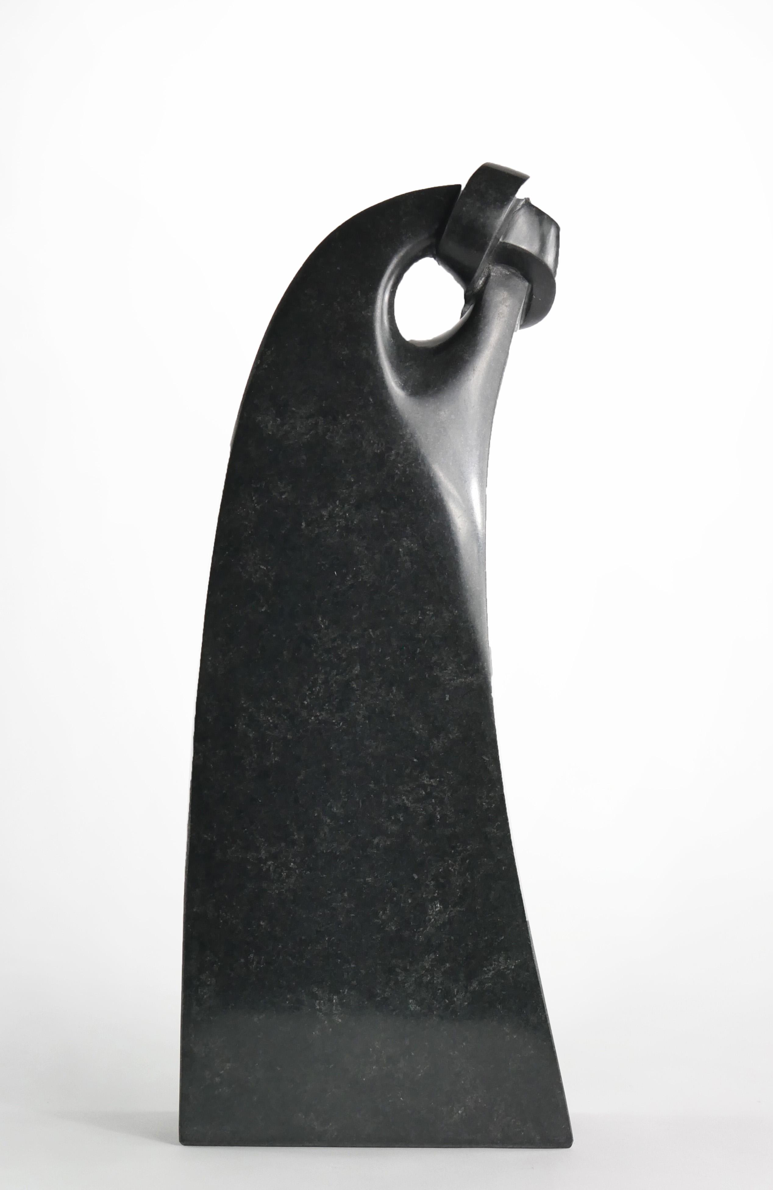 Iris, beeld van zwart graniet, 38 cm hoog