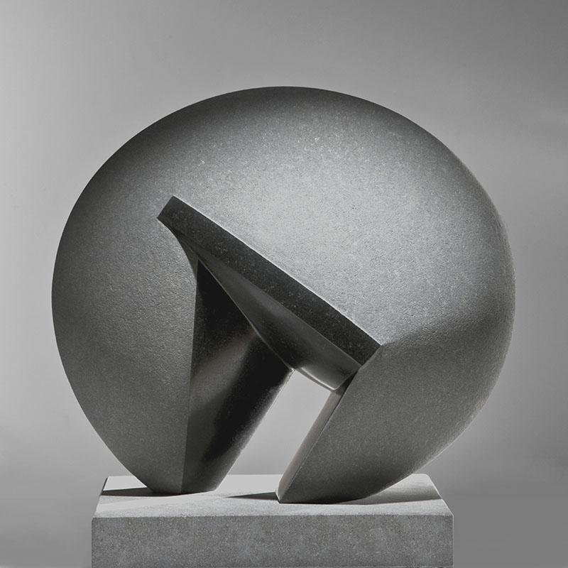 Beeld van zwart graniet, 55x55x30 cm, getiteld: