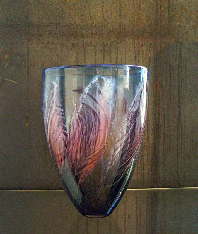 Geblazen glas met pinkkleurige blaadjes, 28 cm hoog
