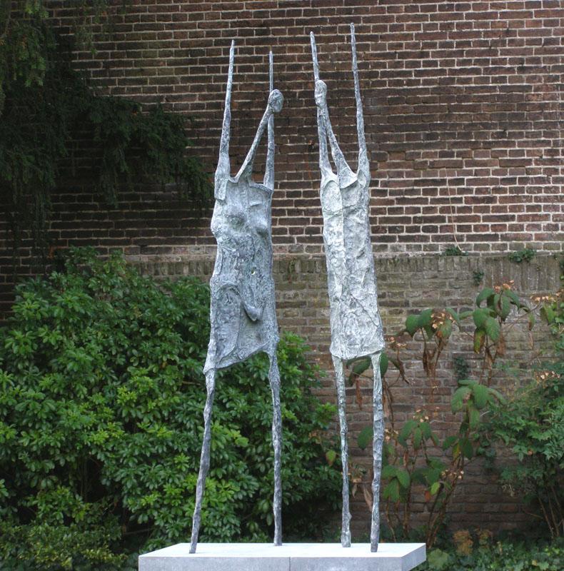 Galerie Delfi Form, Young girls brons 250 cm hoog van Marc Vellay